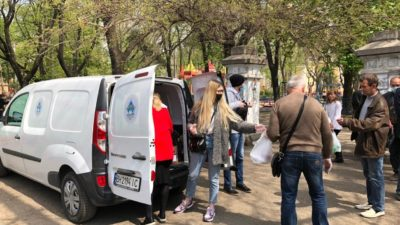 В праздник Воскресения Христова молодежный актив нашего храма устроил кормление бездомных в городе Одессе